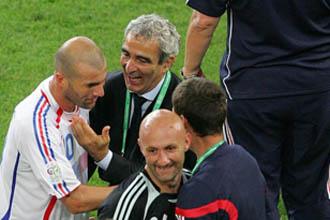 Domenech y Zidana celebran sobre el c�sped la victoria ante Espa�a en el Mundial de Alemania