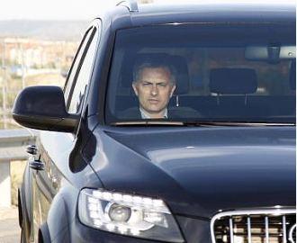 Jos� Mourinho, saliendo de Valdebebas, durante una visita a las instalaciones blancas antes de sus vacaciones.