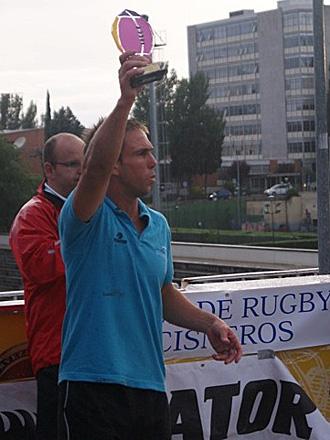 Hern�n Quirelli, como capit�n de La Vila, recibe el trofeo como campe�n del Seven de Madrid organizado por el Cisneros