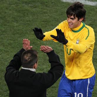 Dunga y Kaká se saludaron efusivamente en el momento de la sustitución