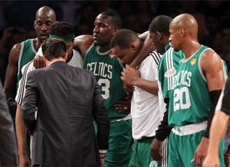 Perkins es retirado del parquet del Staples Center con la ayuda de sus compa�eros.