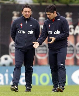 Eusebio habla con Carlos Hugo en un entrenamiento.