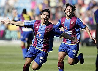 Xisco Mu�oz celebra el segundo gol conseguido el pasado domingo ante el Castell�n, uno de los tres que certificaron el ascenso a Primera