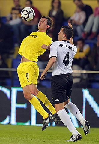 Joseba Llorente controla un bal�n ante David Navarro durante el Villarreal - Valencia de la concluida temporada