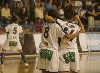 Lozano y Celso se abrazan durante un encuentro de la pasada temporada