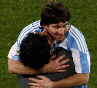 Maradona se abraza a Messi tras el partido ante Nigeria