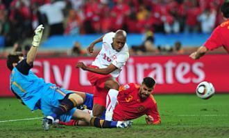 Fernandes renata a gol en presencia de Iker Casillas y Gerard Piqu�.
