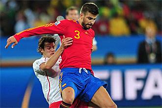 Piqu� cubre el bal�n durante el partido ante Suiza