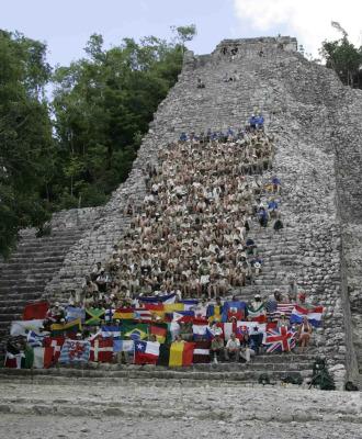 Expedici�n Ruta Quetzal BBVA en pir�mide maya de Cob� en 2006.