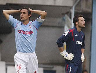 Noguerol, en la imagen mostrando junto a Falc�n su decepci�n tras una jugada, no seguir� portando el brazalete de capit�n del Celta