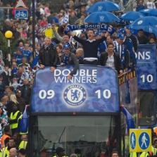 Jugadores y t�cnicos del Chelsea celebran, en Londres, los dos t�tulos ganados en la temporada 2009-2010