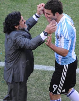 Maradona felicita al Pipia, autor de un hat trick