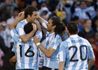 Higua�n celebra su tercer gol junto a sus compa�eros