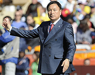 El seleccionador de Corea del Sur, dando instrucciones en el partido contra Argentina