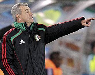 Javier Aguirre da instrucciones a sus jugadores en el partido contra Francia