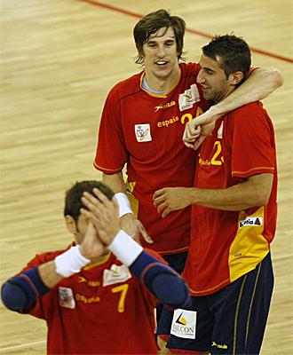 Los jugadores espa�oles celebran el triunfo ante Portugal