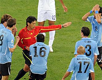 Momento en el cual el �rbitro japon�s expulsa a Lodeiro