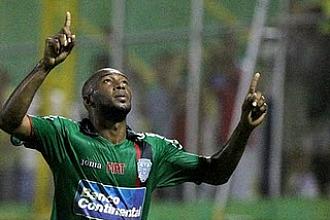 Jerry Palacios celebra un gol