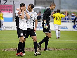 I�aki Descarga, desesperado despu�s de marcarse en propia meta el segundo gol del H�rcules, mientras los jugadores alicantinos lo celebran al fondo y el meta irundarras Jauregi se muestra descompuesto
