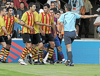 Los jugadores del Sant Andreu protestan el penalti en contra pitado en la ida