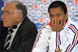 Evra, junto a Jean-Pierre Escalettes, presidente de la Federación Francesa de Fútbol
