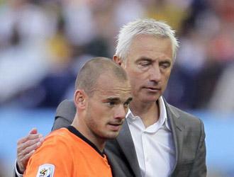 Van Marwijk saluda a Sneijder despu�s de sustituirle