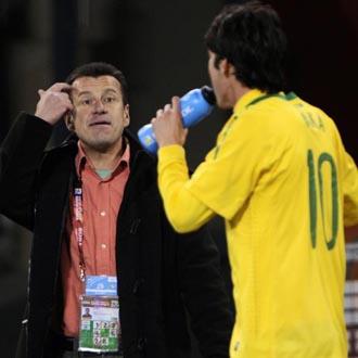 Dunga pide calma a Kaká durante el transcurso del partido