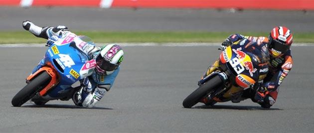 Momento en el que Espargaró estuvo a punto de caerse y sirvió para que Márquez ganara la carrera