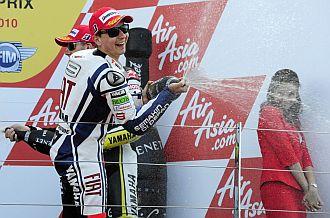 Lorenzo celebra con champ�n su victoria.
