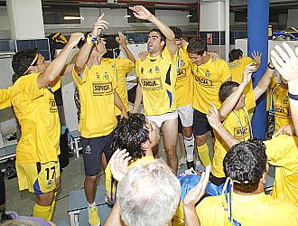 Espectacular imagen de los jugadores del Alcorc�n celebrando el ascenso en el vestuario