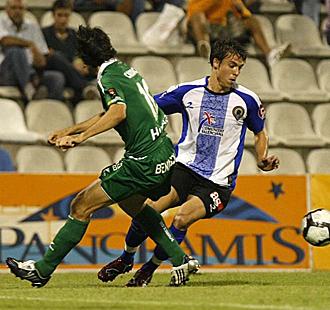 Kiko Femen�a, en la imagen recortando ante Camacho durante el H�rcules-Huesca de la pasada temporada, es el �nico jugador con un contrato largo en la actual plantilla herculana