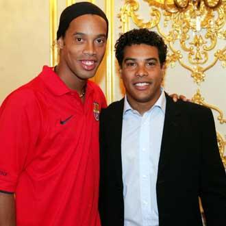 Ronaldinho con su hermano Roberto Assis