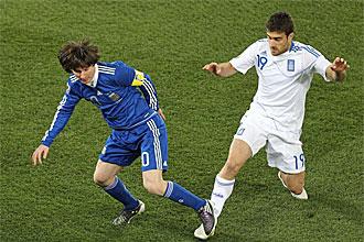 Leo Messi pugna por un bal�n con Papastathopoulos