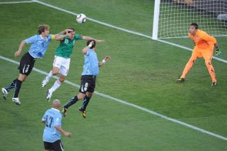 Blanco intenta cabecear molestado por el uruguayo Lugano.