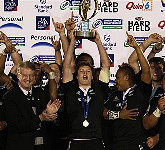 Tyler Bleyendaal, el capitán de los 'Black Boys', levanta el trofeo que acredita a Nueva Zelanda como campeona del mundo en categoría junior... una imagen que a Richie McCaw no le importaría repetir dentro de un año en su país