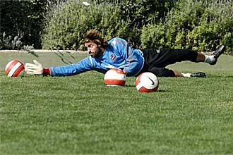 Marco Storari detiene un balón durante un entrenamiento en su etapa, hace dos temporadas, en el Levante