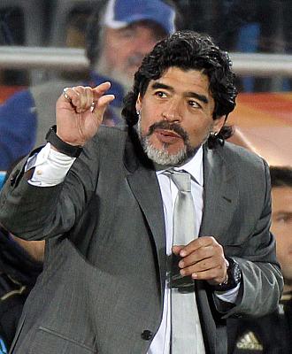 Maradona gesticula en el banquillo