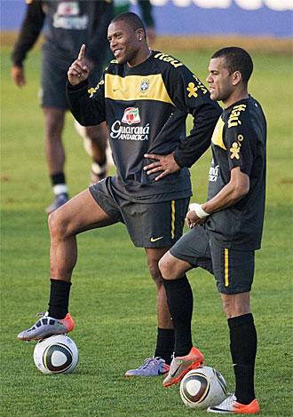 Alves y Baptista durante un entrenamiento de Brasil.