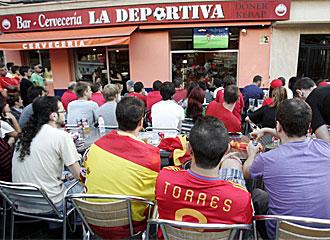 Aficionados espa�oles viendo el Espa�a-Honduras en un bar.