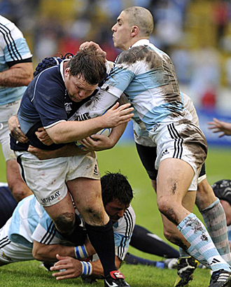 El oilier escoc�s Allan Jacobsen es placado por los argentinos Lucas Gonzalez Amorisio, en el suelo, y Juan Manuel Leguizamon durante el 'test match' internacional disputado en Mar del Plata