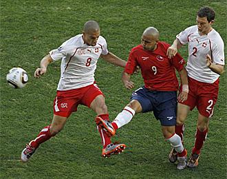 Suazo disputa un bal�n en el partido contra Suiza en el que s� fue titular