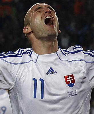 Robert Vittek celebra uno de sus goles ante Italia