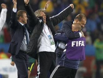 Weiss celebrando, con su cuerpo t�cnico, el pase de la selecci�n de Eslovaquia a octavos de final del Mundial de Sud�frica