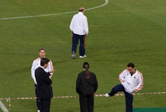 Del Bosque, Sergio Ramos y Xavi comprueban el estado del c�sped