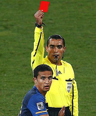 Marco Rodr�guez muestra la tarjeta roja a Cahill en el Alemania-Australia