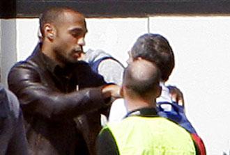 Henry saluda a un amigo a su regreso a Par�s
