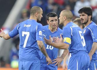Varios jugadores de Italia discuten antes de la segunda mitad.