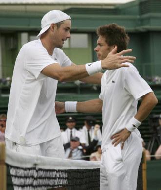 John Isner y Nicolas Mahut se saludan tras el partido.