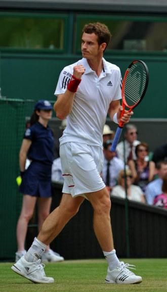 Murray mira a su palco tras concluir el partido.