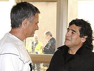 Mourinho charla con Maradona en su etapa de entrenador del Inter